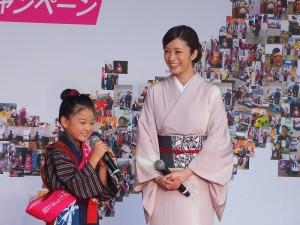 為了宣傳電影,暑假沒空寫作業的小阿信濱田茲音,在記者會上向戲中飾演媽媽的上戶彩求救