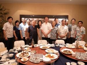 粘處長伉儷和駐那霸辦事處人員,與沖繩縣歷任台北事務所所長合影