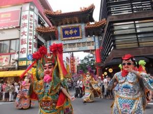 台南祀典大天后宮電音三太子於橫濱中華街遊行,現場觀眾紛紛拍照留念