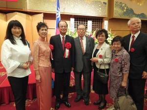 日本關東崇正會會長周子秋伉儷(右1、2)以及友人,和具有客家血統的日本女演員余貴美子(左1)與駐日代表合影