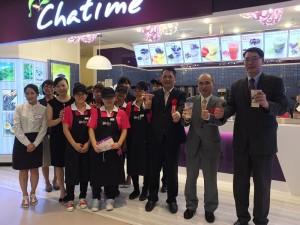 駐日代表處副代表余吉政(右2)和六角國際董事長王耀輝(右3)與首家門市的工作人員,一起為台灣茶飲料齊聲喊讚
