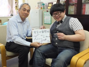 東京中華學校校長劉劍城(左)表示,因為很喜歡林育羣努力不懈的表現,所以特別邀請他到學校演講,鼓勵學生