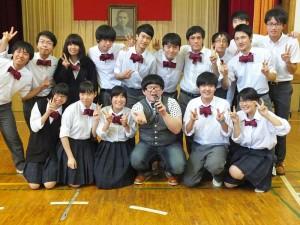 高年級的同學特別將領帶弄成領結的模樣,和小胖林育羣合照