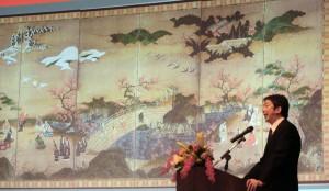 簽約記者會上,東京國立博物館調查研究課長田良島哲,在投影幕上介紹日本國寶《觀楓圖屏風》(照片提供:中央社)