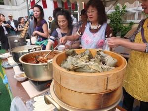 粽子和滷肉飄香,吸引許多客人上門