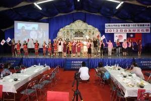 来賓、一般参加者がステージ上で一体となって踊った