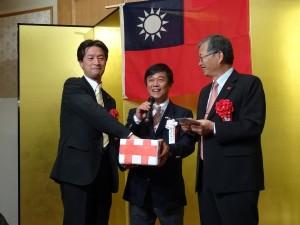 摸彩活動。(中)京都華僑總會副會長魏禧之、(左)駐大阪辦事處處長蔡明耀