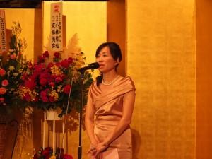 安座式典祝賀会の最後に挨拶を行う東京媽祖廟連昭惠代表DSCF2965