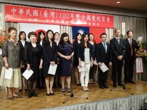 留學生與會員帶領全場唱國歌