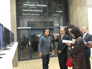 駐日代表沈斯淳一邊欣賞「Do it yourself﹐Brain Message─可塑性的身體與術」造形藝術展,一邊聽著解說台灣藝術家朱駿騰的作品