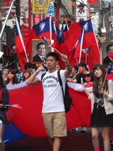 留學生高舉國旗,呼喊中華民國台灣萬歲的口號