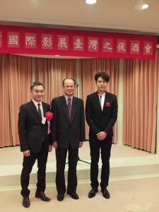 東京影展影視節目展台灣館親善大使胡宇威(右)和台北市影音節目製作同業公會理事長楊繼昌,一同出席駐日代表處主辦的台日影視交流會(圖中為:駐日代表沈斯淳)