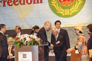 副總統吳敦義與旅日醫學博士楊朝明握手(照片提供:黃壽美)