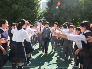 林育羣到東京中華學校分享人生經驗,受到學生的夾道歡迎