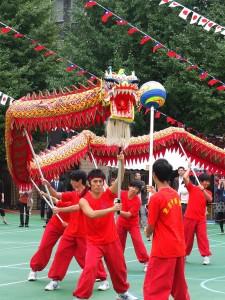 東京中華學校學生帶來精采的舞龍表演