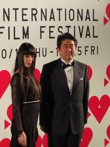星光大道壓軸日本首相安倍晉三,在本屆東京影展代言人栗山千明的陪同下走上綠地毯