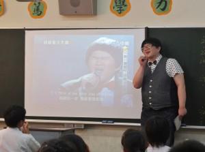 林育羣特地到每個班級和同學互動,宣傳自己即將發行的日文專輯