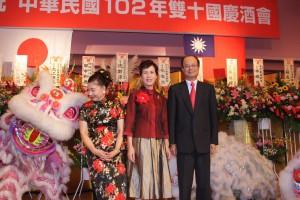 沈斯淳代表ご夫妻と横浜華僑各界慶祝双十国慶大会委員会施梨鵬委員長