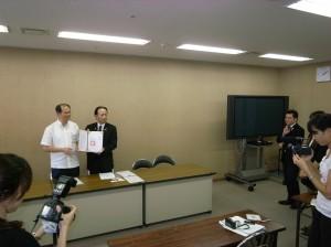 泡盛調酒協會在沖繩縣廳舉行記者會,公佈與台灣學校合作的計畫