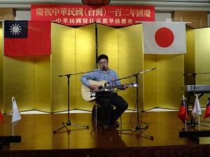 留學生自彈自唱