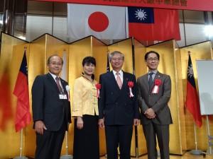 蔡處長伉儷(中)、洪會長(左)、大阪中華學校理事長羅辰雄(右)