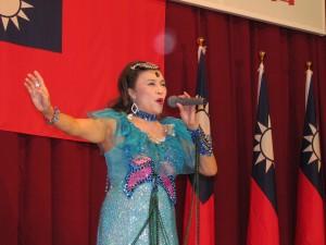 僑民歌手林美伶演唱多首中文歌曲
