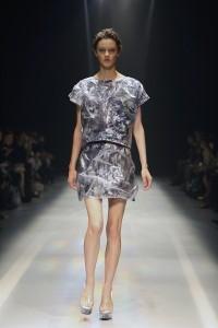 底部的印花圖案清晰可見,拼接半透明異材質,增加服裝趣味性