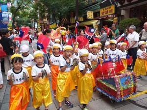 橫濱中華學院的小朋友們在遊行隊伍中表演
