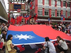 由台灣留學生們手持7公尺的巨型國旗,在遊行隊伍中特別受到注目