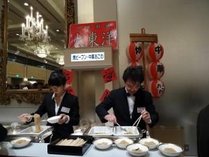 場內提供台灣美食炒米粉和油飯