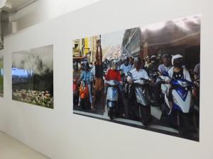 台灣藝術家黃明正的作品《倒立先生》以自身倒立作為一種社會空間雕塑體