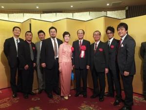 日本中華聯合總會會長毛利友次(右3)和多位僑界青年,與駐日代表合影