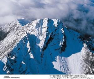 紀錄片中,從俯視的角度看南投玉山主峰雪景(照片提供:台灣阿布電影公司)
