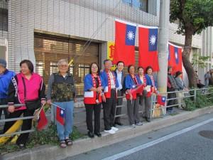 駐那霸辦事處人員和沖繩當地僑民,於賽程沿途持國旗為選手加油