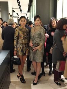 女星笹本玲奈(右)和姊姊笹本由里香(左)連袂出席