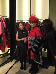 夏姿創辦人王陳彩霞(左)和黑柳徹子牽手現身在日本媒體前,展現兩人的好交情