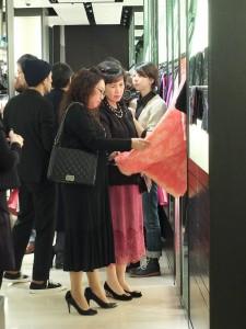 駐日代表夫人林則媛(後方)和東京台灣商工會議所會長錢妙玲(前方)一同在夏姿東京首家店上欣賞新品