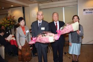 鍾清漢名誉会長、天野隆雄氏に対し、花束贈呈が行われた