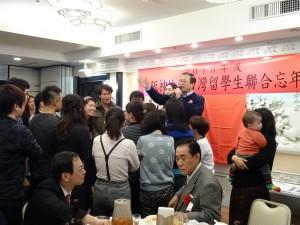 中華航空大阪支店長孫鴻文與同學們玩猜拳送機票