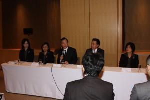 李述徳会長(中)、杜惠娟部長(左2)、陳麗卿エグゼクティブバイスプレジデント(右)、上一二部卓碧華組長(左)、張正武社長(右2)
