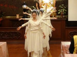 大阪中華學校舞蹈社同學用心演出的千手觀音、讓全場屏息