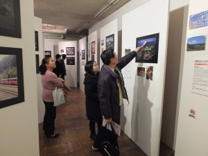 在台灣世界遺產潛力點照片展會場,有許多民眾仔細觀看照片和解說