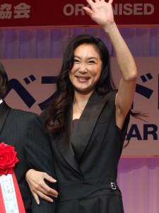 帥氣褲裝登場的淺野溫子獲選為50歲世代部門的最適合配戴珠寶獲獎人
