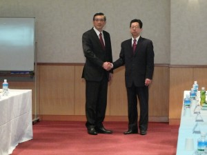 駐日代表処業務組組長周學佑さん(左)と交流協会総務部部長小松道彥さん