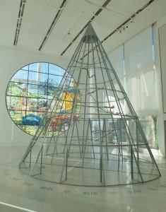 展場中央放置三角錐型的鳥籠,是法國藝術家Anne&Patrick Poirier的作品「The Soul of the World」」