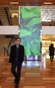 台灣藝術家袁廣鳴的作品「成為葉子的理由」就放置在LV表參道1樓店面,相當引人注目