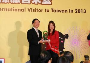 行政院長江宜樺(左)頒贈琉璃藝術品給訪台第800萬名旅客,他並在會中表示2014年台灣觀光將朝900萬人次目標邁進