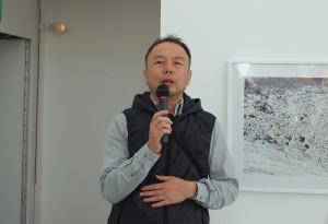 日本攝影師畠山直哉在自己的作品「理想之地」前,解說作品拍攝地Mont Ventoux