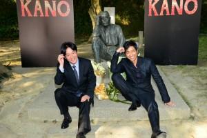 賴清德(左)與大澤隆夫一同擺出八田與一技師的招牌沉思動作(照片提供:台南市政府)