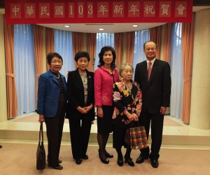 留日東京華僑婦女會會長吳淑娥(左2)和最高顧問羅王明珠(右2)與駐日代表沈斯淳伉儷(右1、右3)合影